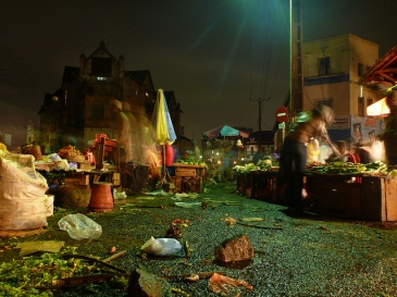 Des sacs plastiques jonchent le sol, au marché d'Analakely.