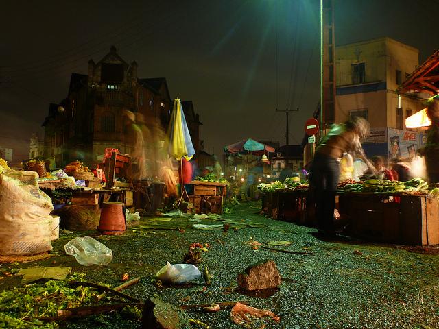 Des sacs plastiques jonchent le sol, au marché d'Analakely, dans la capitale malgache.