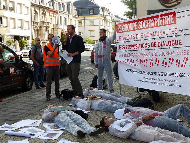 Action lors de l'AG de Socfin au Luxembourg en 2017 - copyright @FIAN Belgium